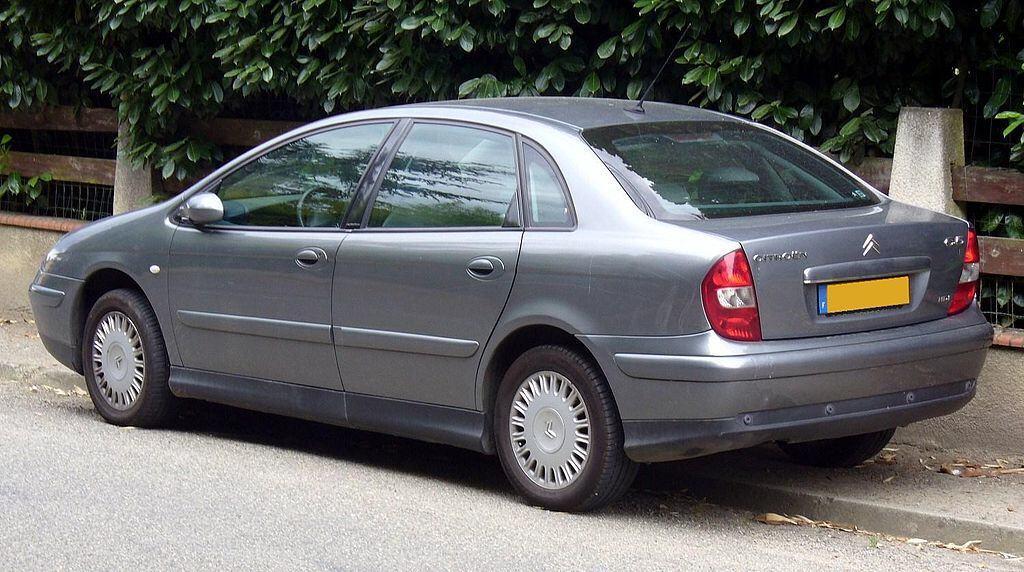 C5 Berlinen muotoilu oli XM:n jälkeen varsin tavanomaista ja omaan silmään mitäänsanomatonta. Kuvan auto on faceliftiä edeltävältä ajalta (2002-2004). KUVA: Wikimedia commons