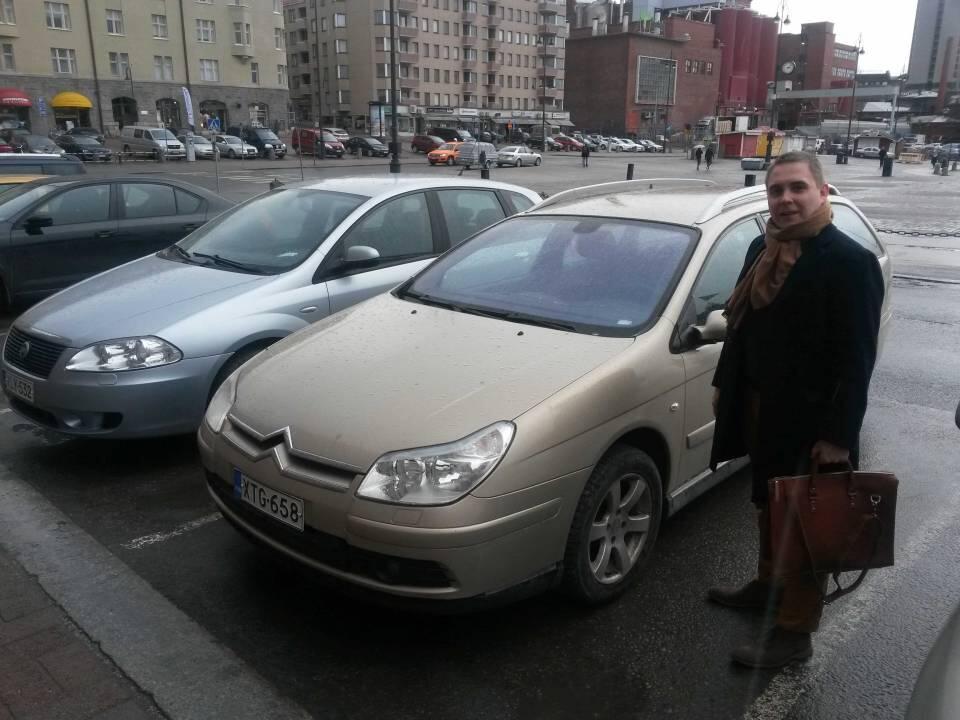C5 on ollut suosittu auto Miehistömedian henkilökunnan keskuudessa. Kuvassa Tyyliniekan päätoimittaja Matti Airaksinen seisoo ylpeänä Ison Kissansa vieressä. Taustalla toimittajan ex-auto, Fiat Croma, josta on myös tulossa tarinaa. KUVA: Joose Luukkanen