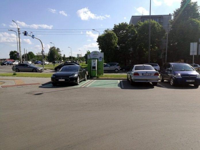 Jokamies-Teslalla-Puolaan