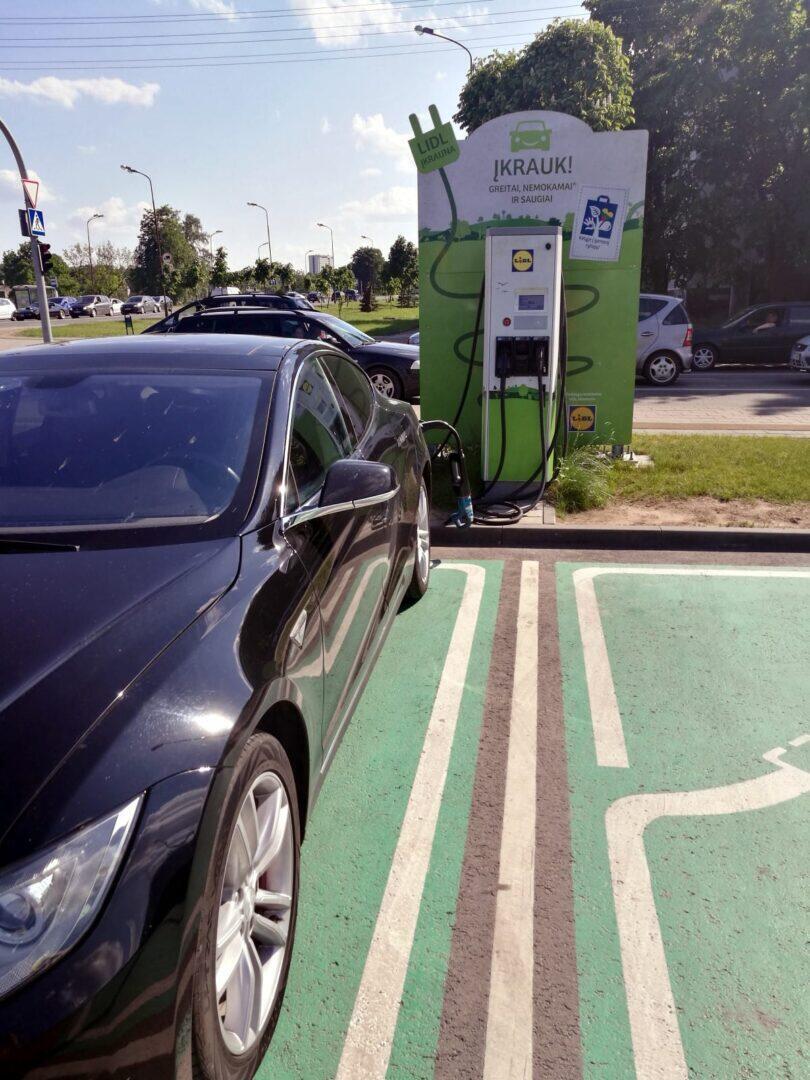 Jokamies-Teslalla-Puolaan-Lataus-Lidl