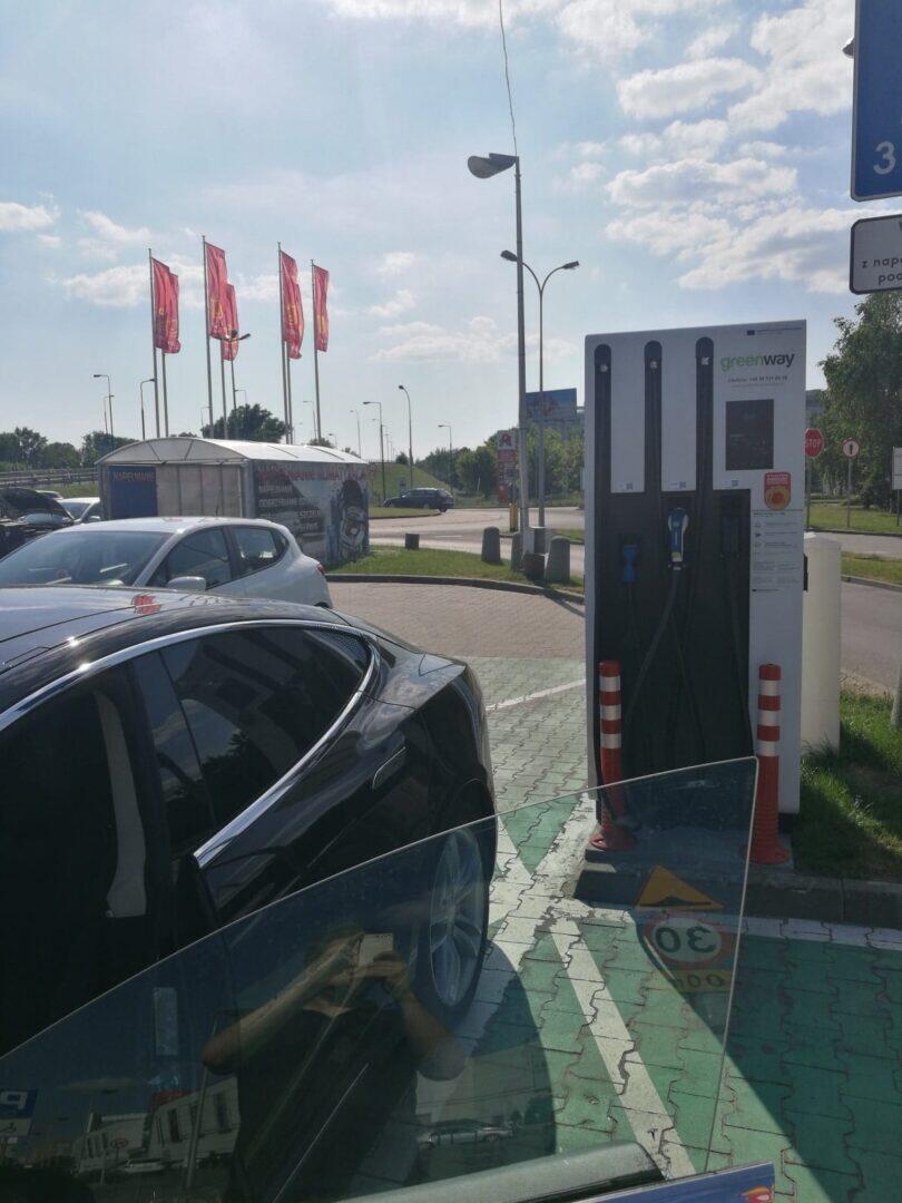 Jokamies-Teslalla-Puolaan-Lataus-Varsova
