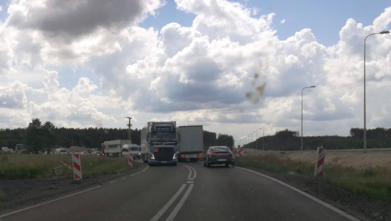 Jokamies-Teslalla-Puolaan-Tietyö