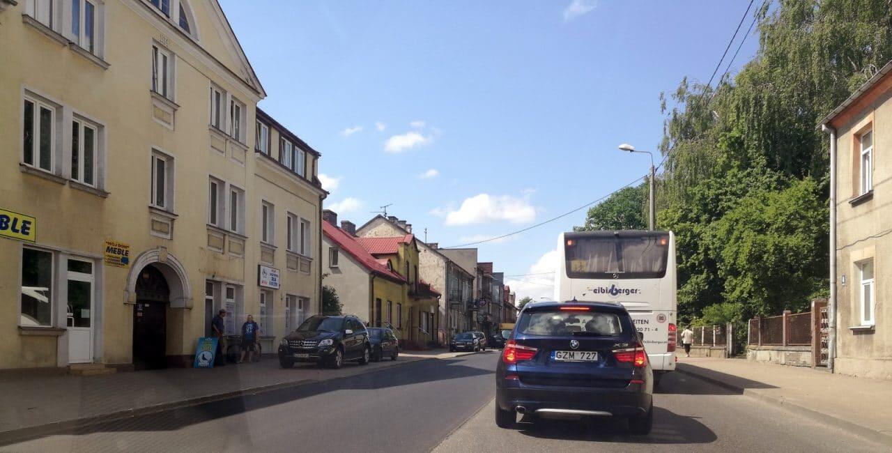Jokamies-Teslalla-Puolaan-liikenne