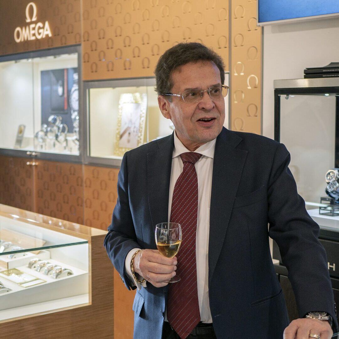 Aseman Kellon toimitusjohtaja Seppo Kallioniemi uunituoreen Omega Cornerin kulmalla.