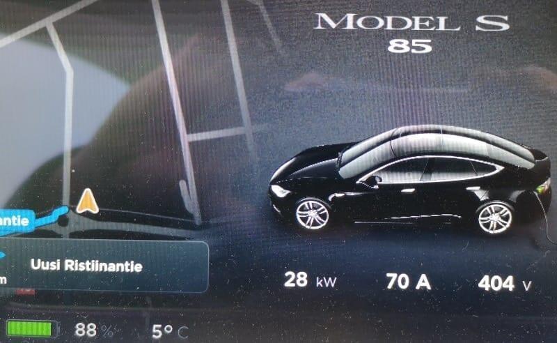 Jokamies-Tesla-nollakelissä-CHAdeMO-Lidl