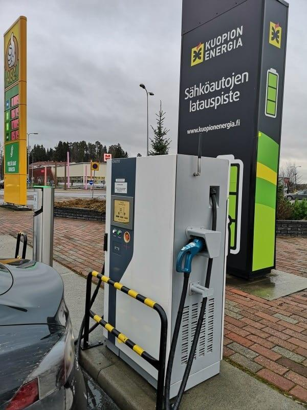 Jokamies-Tesla-nollakelissä-Kuopion-laturi