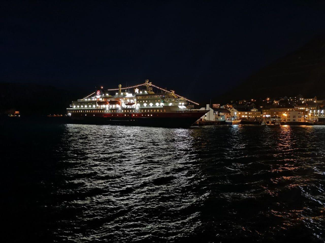 Jokamies-Teslalla-talvella-Nordkappiin-Hurtigrute