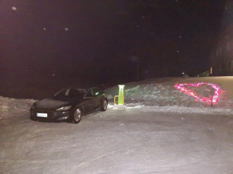 Jokamies-Teslalla-talvella-Nordkappiin-Inari