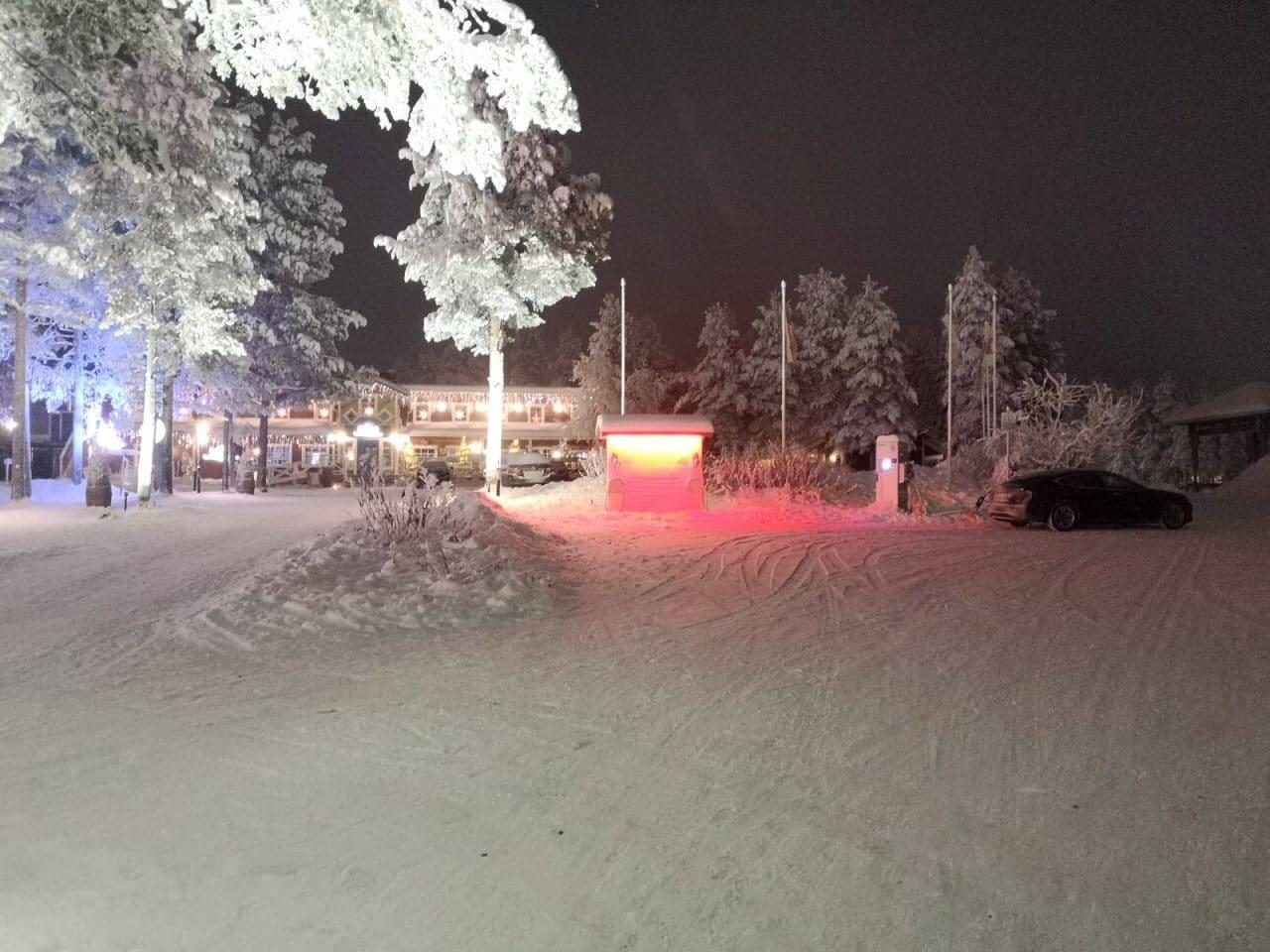 Jokamies-Teslalla-talvella-Nordkappiin-Levi-lataus