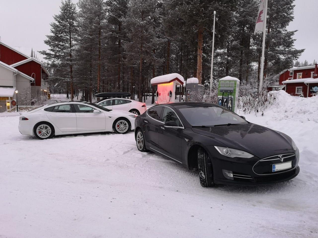 Jokamies-Teslalla-talvella-Nordkappiin-Levillä-ruuhkaa