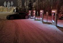 Jokamies-Teslalla-talvella-Nordkappiin-Pyhäjärvi-yöllä