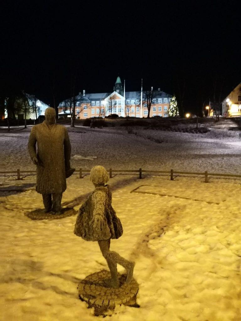 Jokamies-Teslalla-talvella-Nordkappiin-Tromssa-Kuninkaanpuisto-Olav-V-patsa
