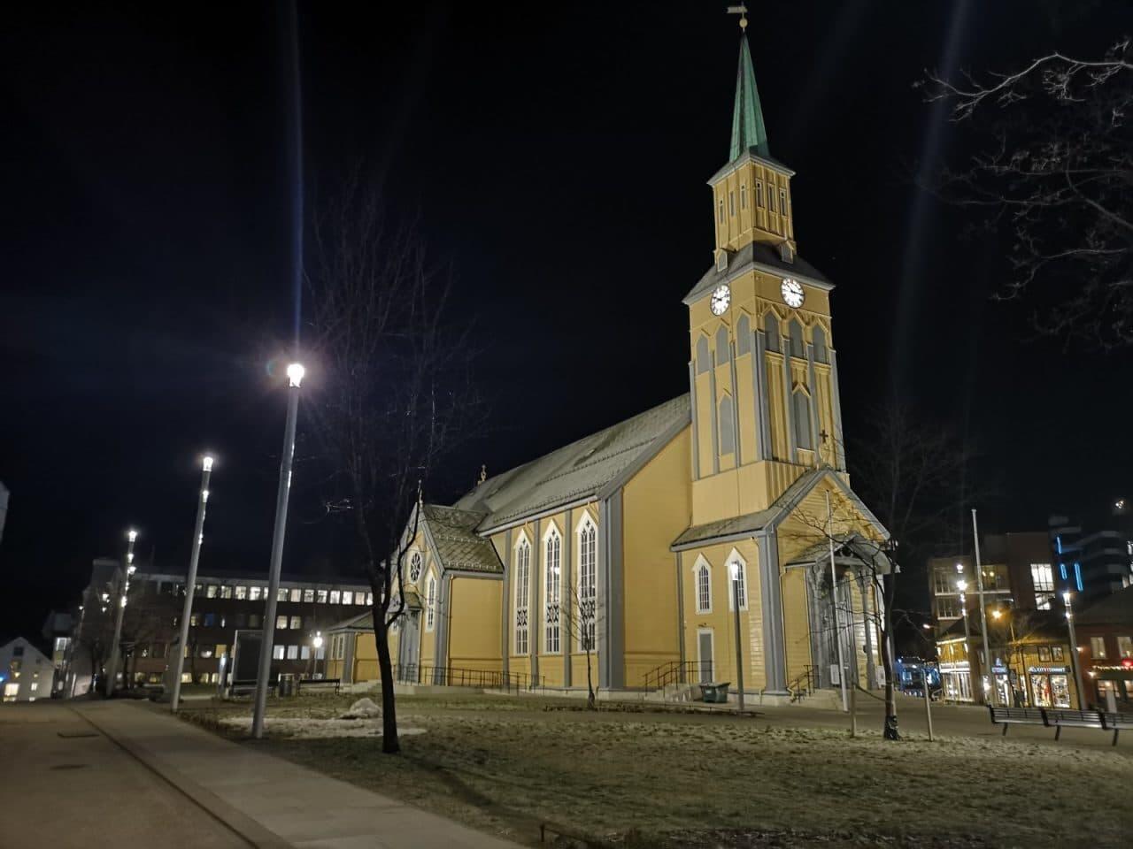Jokamies-Teslalla-talvella-Nordkappiin-Tromssan-kirkko