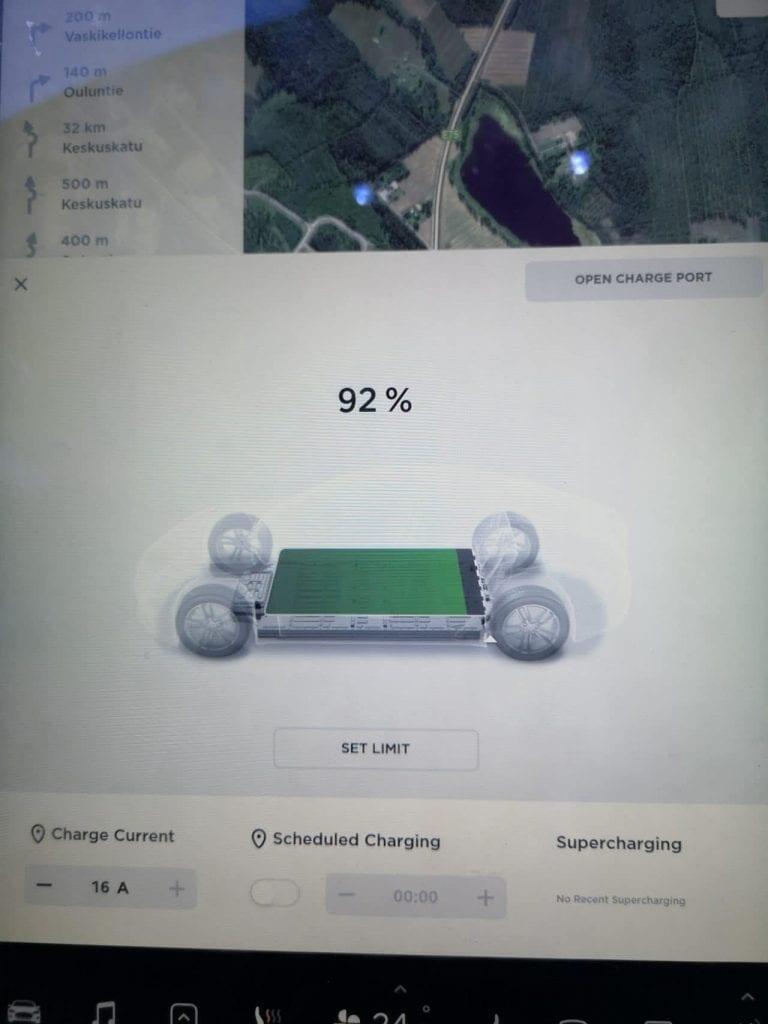 Jokamies-Teslalla-talvella-Nordkappiin-akku
