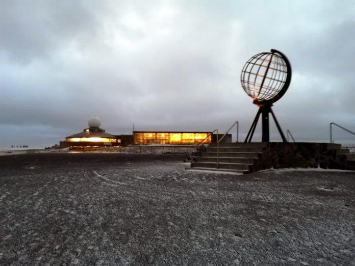 Jokamies-Teslalla-talvella-Nordkappiin-keskus-ja-maapallo.