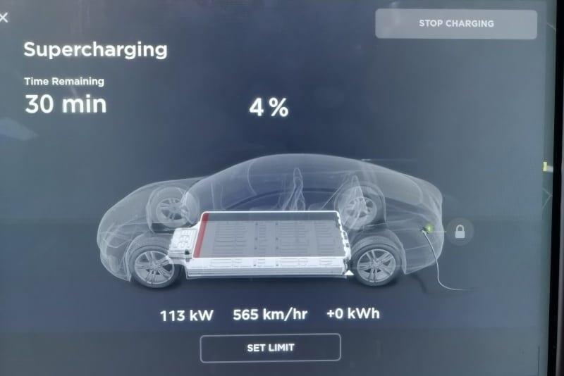 Jokamies-Teslalla-talvella-Nordkappiin-latau