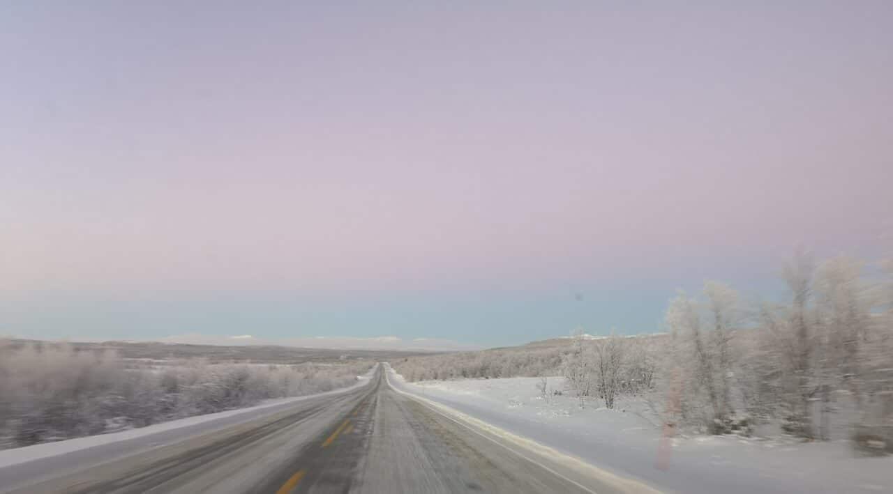 Jokamies-Teslalla-talvella-Nordkappiin-maisema