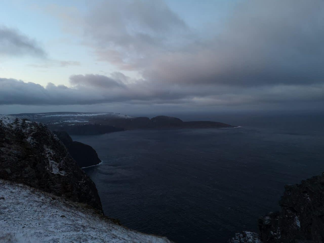 Jokamies-Teslalla-talvella-Nordkappiin-maisema-luoteesee
