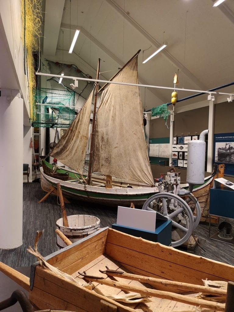 Jokamies-Teslalla-talvella-Nordkappiin-museo