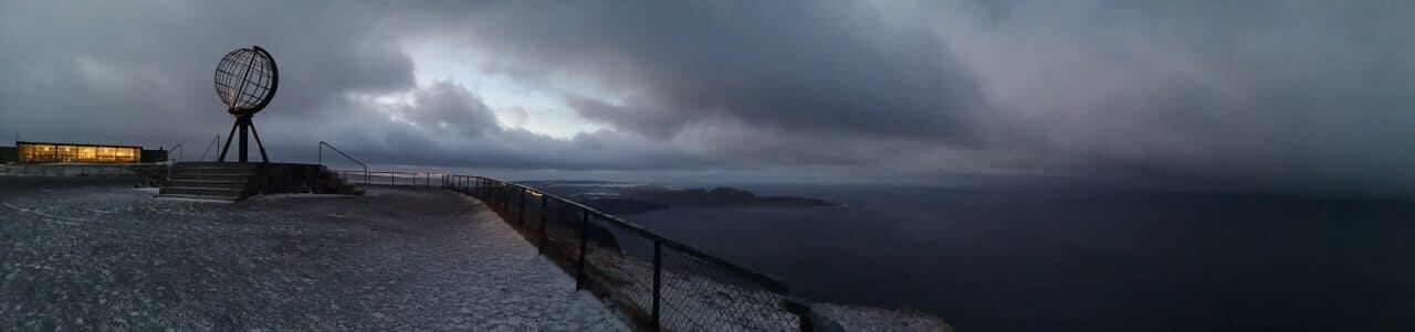 Jokamies-Teslalla-talvella-Nordkappiin-panoraama