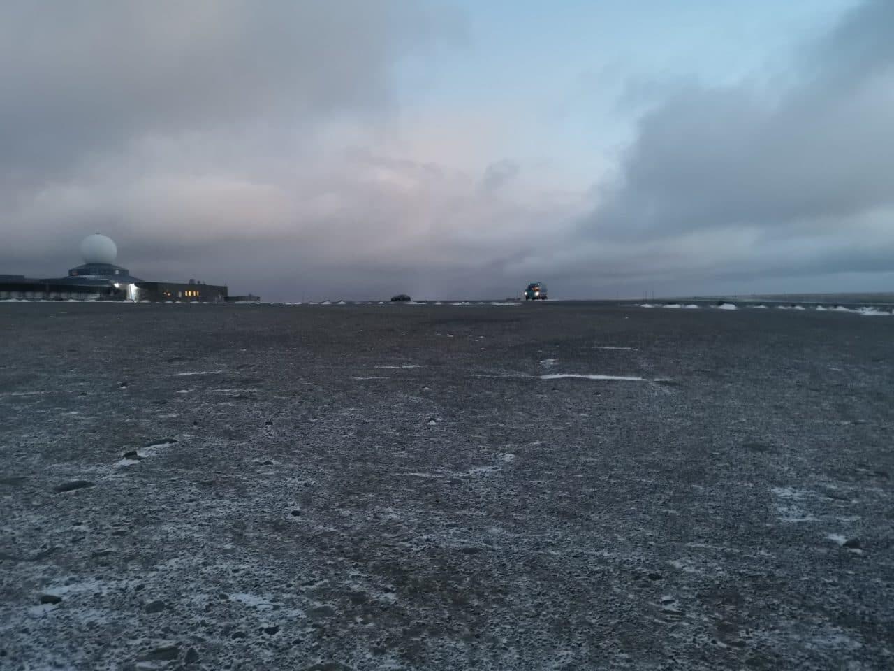 Jokamies-Teslalla-talvella-Nordkappiin-parkkipaikka