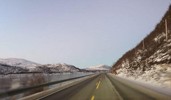 Jokamies-Teslalla-talvella-Nordkappiin-tie