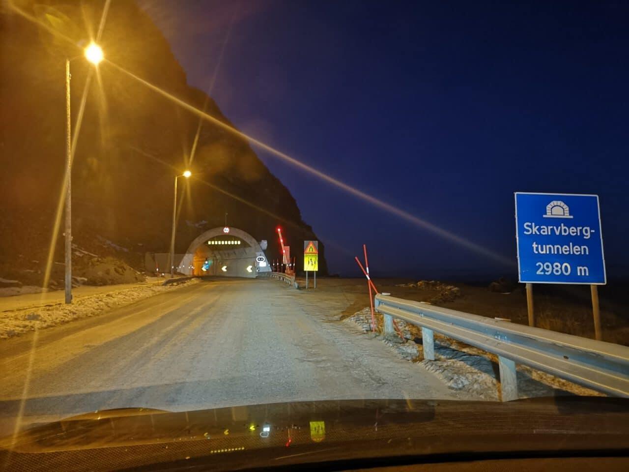 Jokamies-Teslalla-talvella-Nordkappiin-tunneli