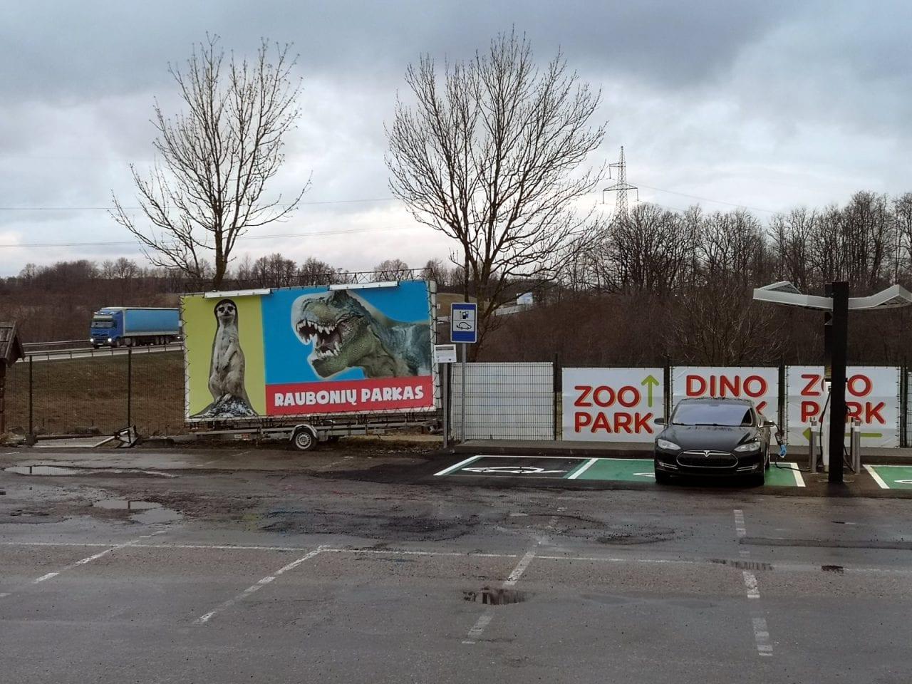 Jokamies-Itäblokki-Teslalla-Dino-park