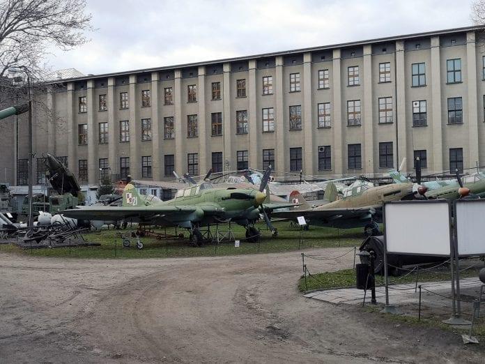 Jokamies-Itablokki-Teslalla-Varsova-Armeijamuseon-lentokoneet