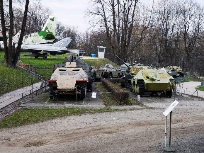 Jokamies-Itablokki-Teslalla-Varsova-Armeijamuseon-tankit