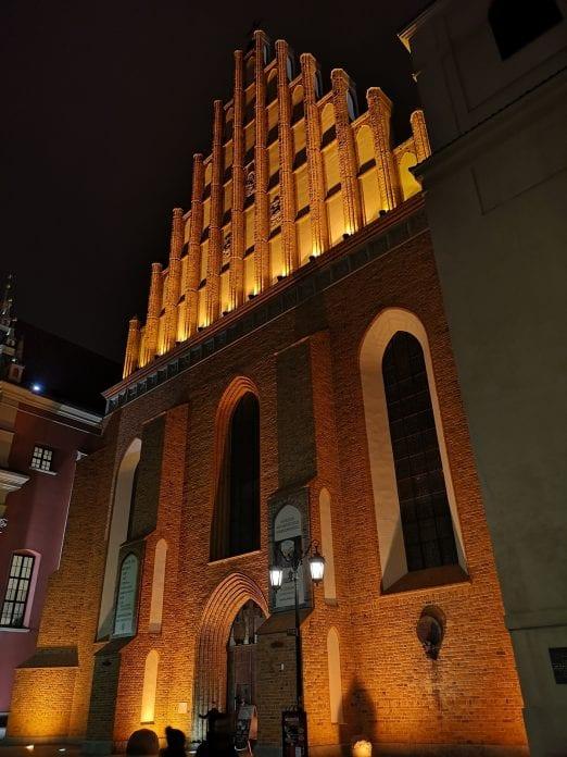 Jokamies-Itablokki-Teslalla-Varsova-St.-Johns-Archatedra
