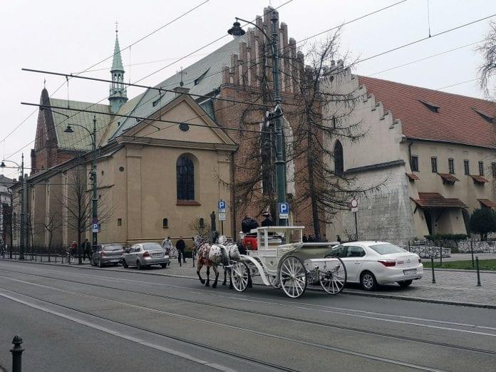 Itäblokki-Teslalla-Krakova-hevospeli