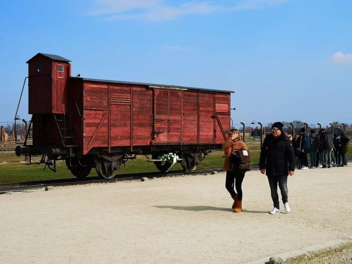 Jokamies-Itäblokki-Teslalla-Auschwitz-Rautatievaunu