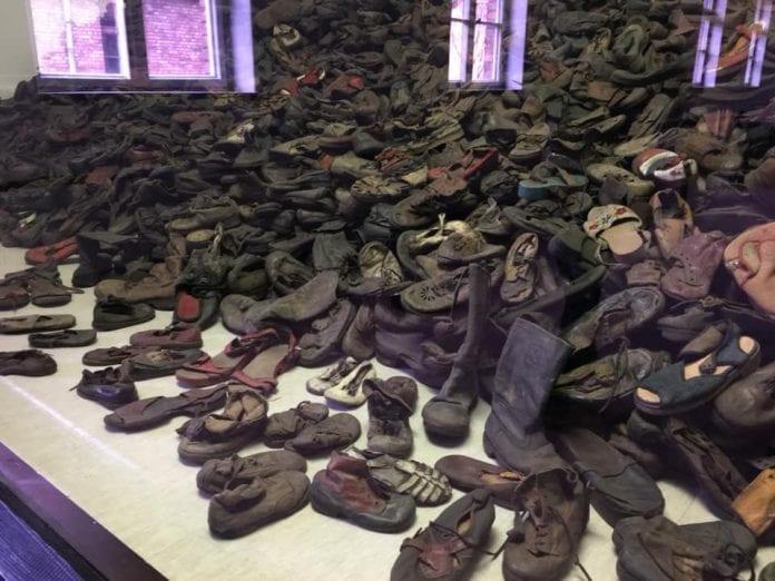 Jokamies Itäblokki Teslalla - Auschwitz - kengät