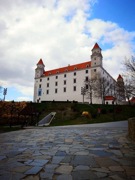 Jokamies-Itäblokki-Teslalla-Bratislava-Linna-1