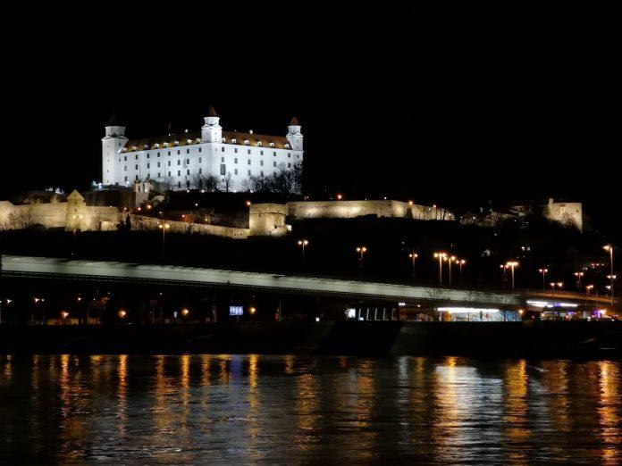 Jokamies-Itäblokki-Teslalla-Bratislavan-linna