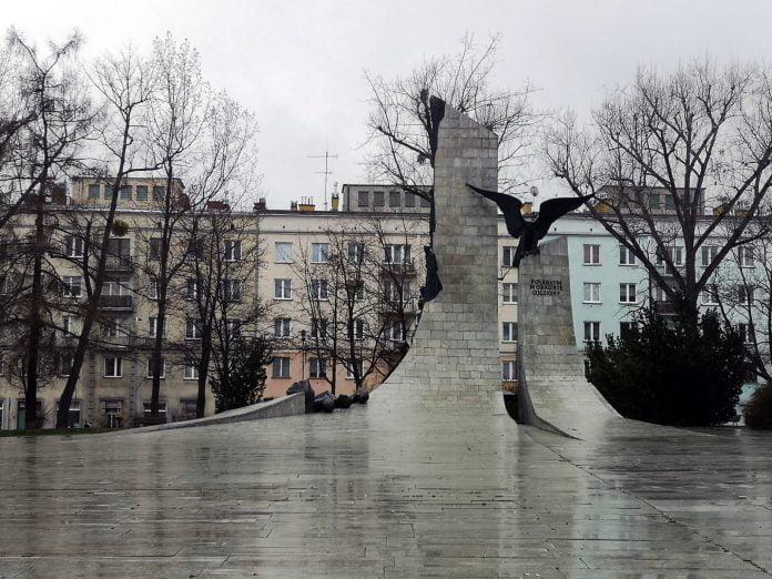 Jokamies-Itäblokki-Teslalla-Isänmaan-puolesta-kaatuneiden-monumentti
