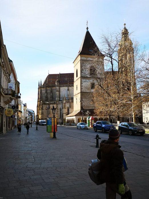 Jokamies-Itäblokki-Teslalla-Kosice-Katedraali-ja-Pyhän-Urbanuksen-torni