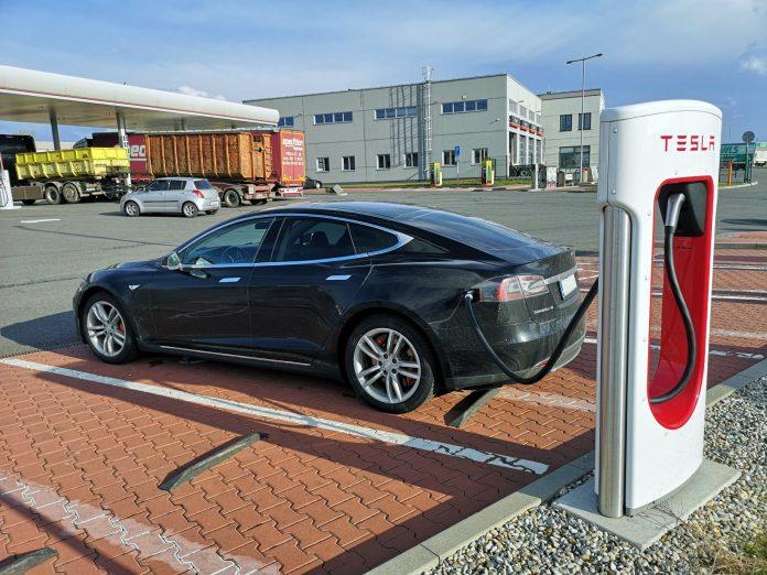 Jokamies-Itäblokki-Teslalla-Olomouc-Supercharger