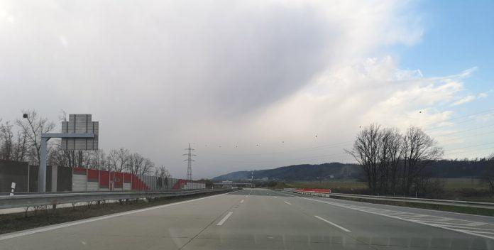 Jokamies-Itäblokki-Teslalla-moottoritie