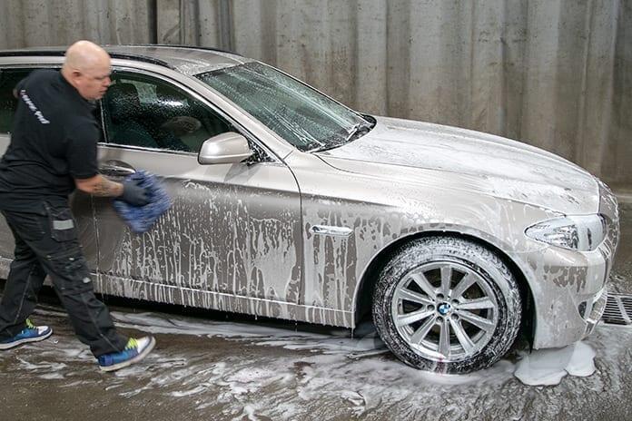 Auton pesu: pesukinnas heilumaan