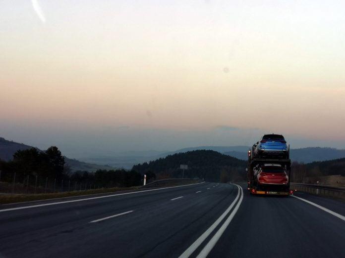 Jokamies-Itäblokki-Teslalla-Tatra-Puolaa-kohti