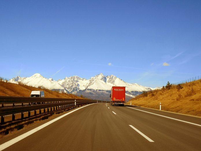 Jokamies-Itäblokki-Teslalla-Tatra-moottoritie
